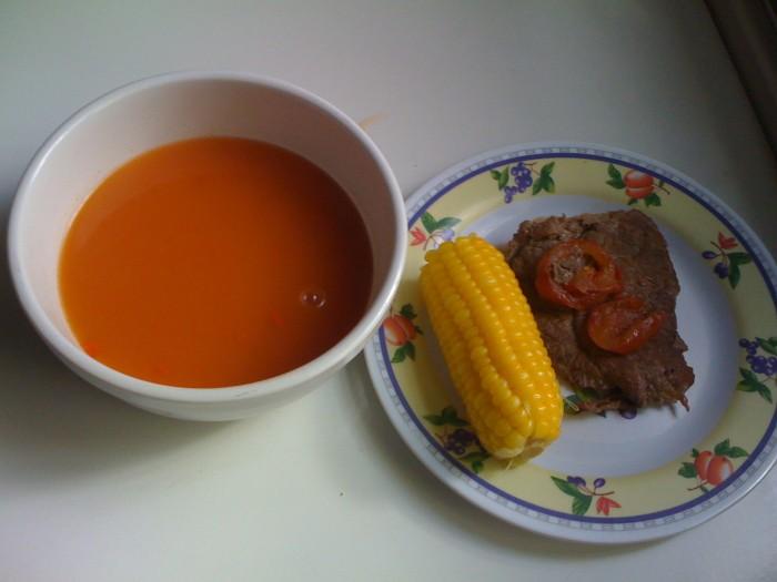 almuerzo de bistec y crema de tomate