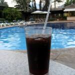 Coca Cola frente a la piscina
