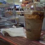 Tomando frappuccino para quitarme el calor