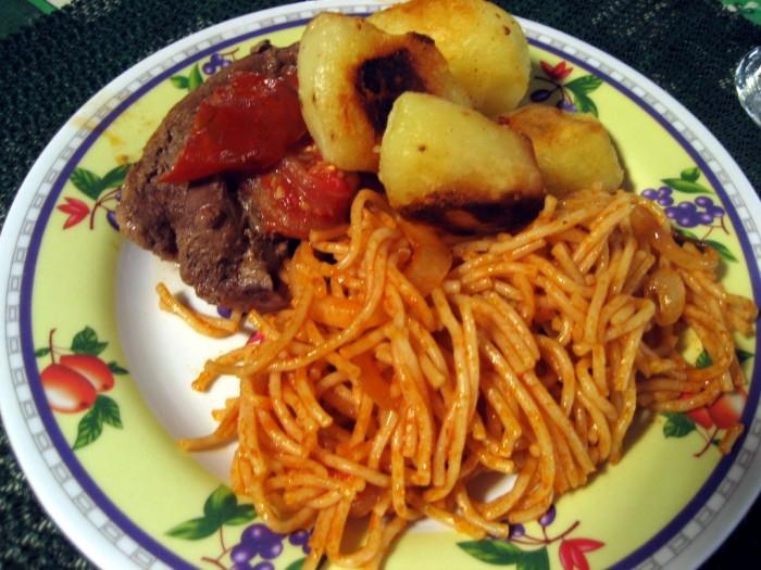 Bistec, papas fritas y fideos con salsa