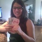 Con tanto billete, Stephanie creyó que estaba en el gran banco :P