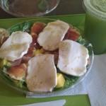 Mango, queso mozzarella y jamón serrano juntos en una ensalada