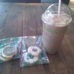 La tarde da como para Frappuccino y galletas