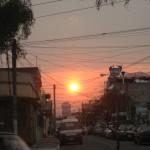 El otro día parecía que el Sol debía pasar por la maraña de cables de la ciudad