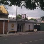 Estación de policía y salón de belleza