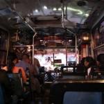 Típico transporte público de Guatemala: Asientos en mal estado y lleno de adornos