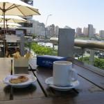 Café con crema, frente a la playa de Mar del Plata