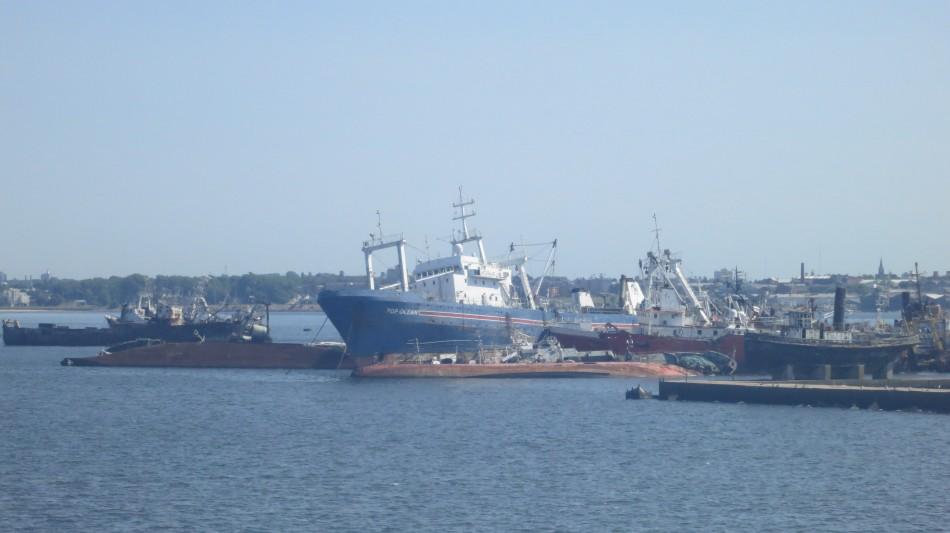 Cementerio de barcos en el puerto de Montevideo