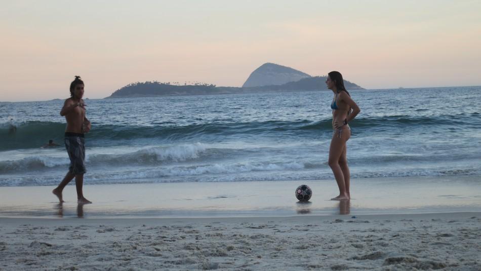 Practica de futbol en la playa de Leblon