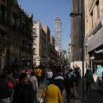 No falta la caminata en Calle Madero