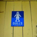 """""""Gulls"""" (rótulo del baño para mujeres) @ Cayo Hunting"""