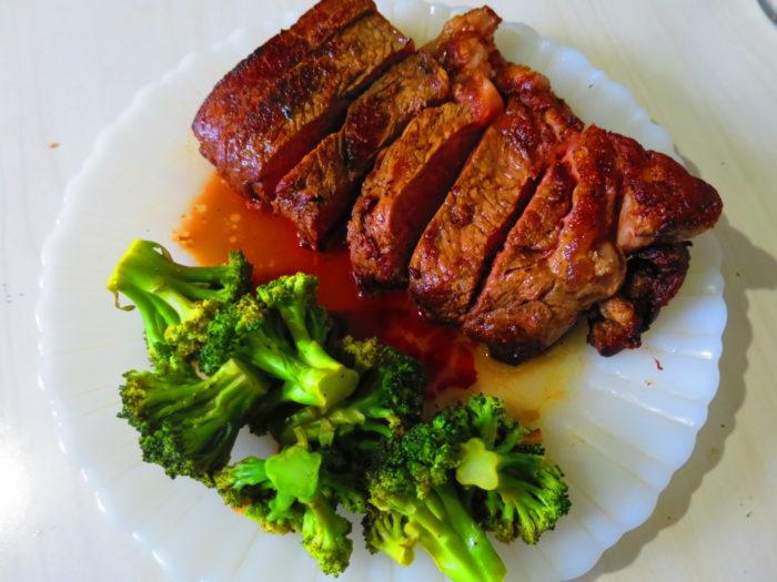 New York steak y brócoli salteado con ajo.