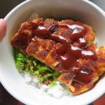Tazón de arroz y pollo katsu