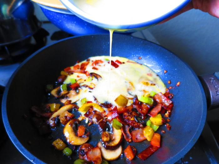 Omelette con tocino, champiñones y pimientos